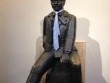 Bror Hjort är konstnären bakom statyn med Strindberg. Här har eleverna satt på honom en slips.