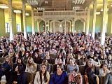 Stor aula fylld med intresserade elever.