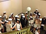 När eleverna tar studenten, ja så säger vi, så springer de traditionsenligt ut genom ekporten. Här är de i trappan och väntar på att en av programrektorerna ska ge signal till just deras klass.